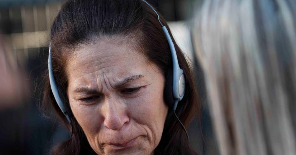 21.nov.2012 - 21.nov.2012 - Sonia Samudio, mãe de Eliza Samudio, se emociona ao dar entrevista a uma emissora de TV em frente ao fórum Pedro Aleixo, em Contagem (MG)