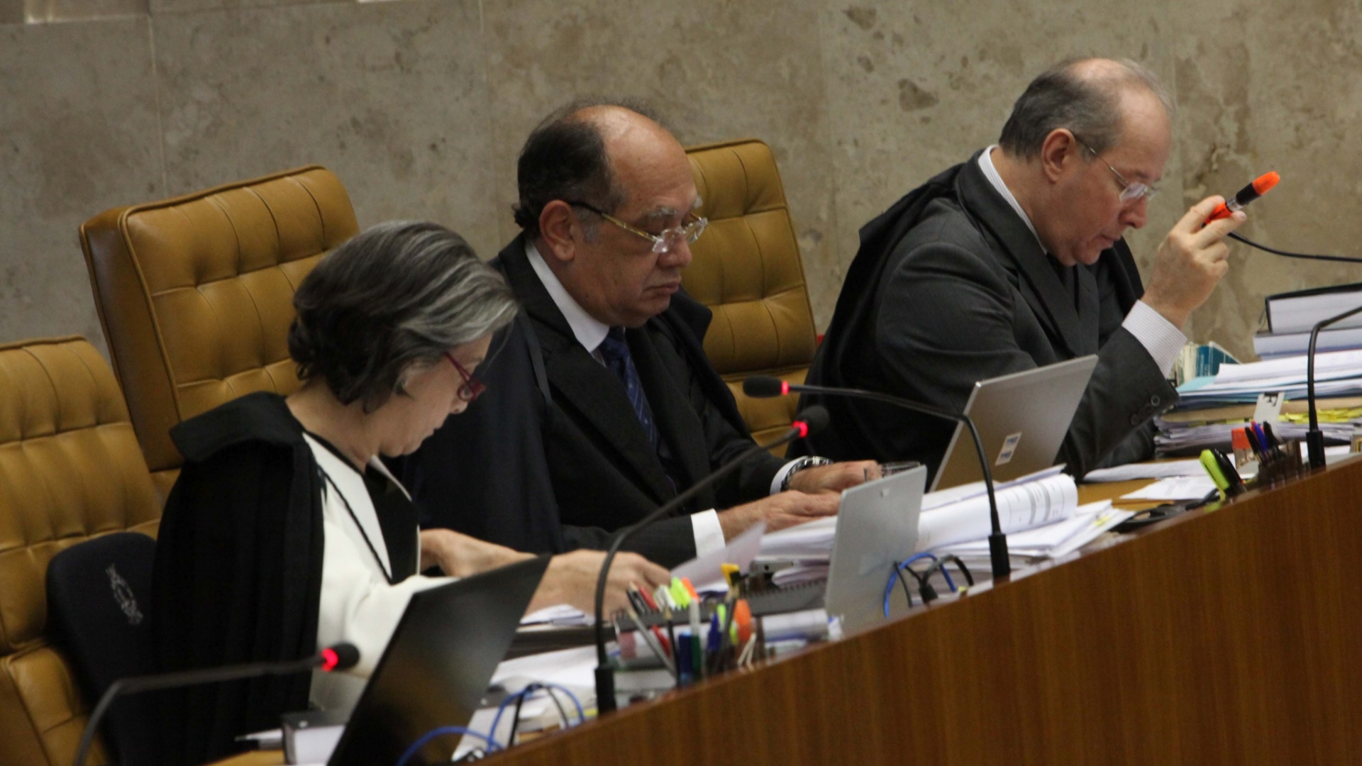 21.nov.2012 - A ministra Carmen Lcia ( esq.), o ministro Gilmar Mendes (centro) e o ministro Celso de Mello acompanham a sesso do julgamento do mensalo, nesta quarta-feira