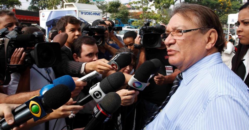 21.nov.2012 - José Arteiro, assistente de acusação e representante da mãe de Eliza Samudio, conversa com jornalistas em frente ao fórum Pedro Aleixo, em Contagem (MG)