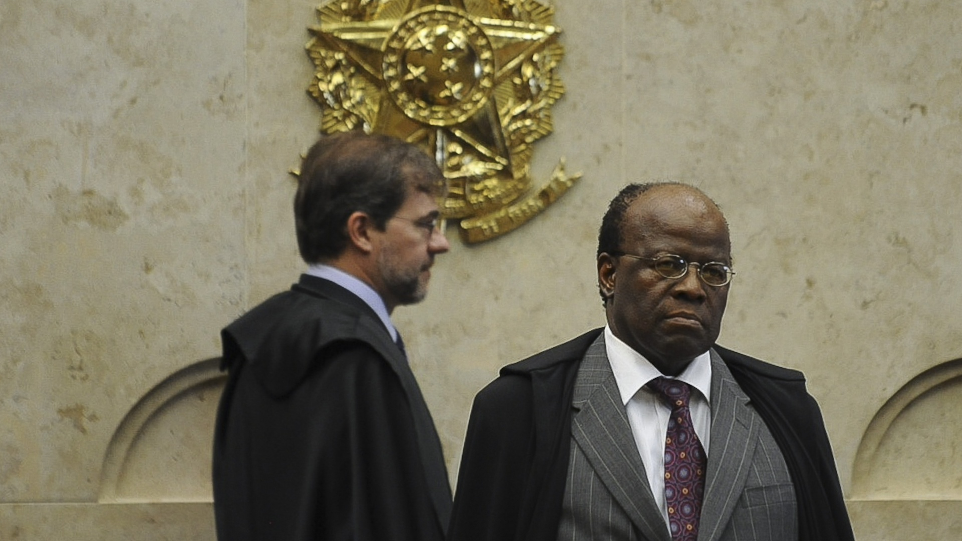 21.nov.2012 - Os ministros do STF (Supremo Tribunal Federal) Antnio Dias Toffoli (ao fundo) e Joaquim Barbosa, durante sesso de julgamento do mensalo nesta quarta-feira. O STF condenou por lavagem de dinheiro o ex-tesoreiro do PL (atual PR) Jacinto Lamas, que  poca assessorava o deputado Valdemar Costa Neto (PR-SP), a 5 anos de priso, mais 200 dias-multa (cada dia-multa equivalente a cinco salrios mnimos em valores vigentes  poca)