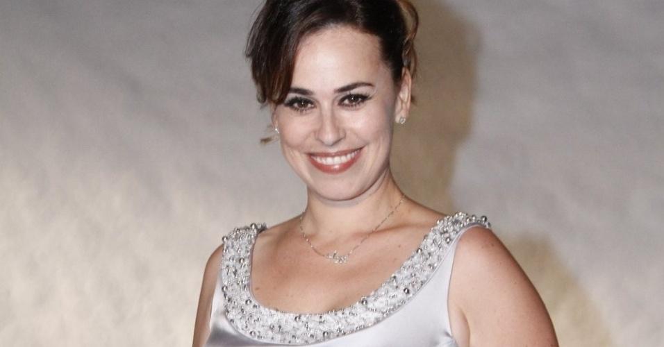 A atriz Daniela Escobar posa para fotógrafo na chegada para especial da Globo com Roberto Carlos (21/11/12)