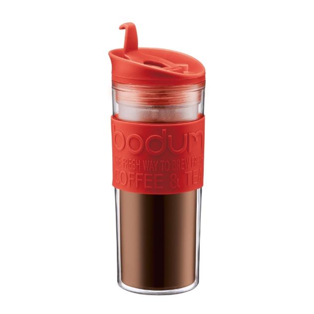 A cafeteira Bodum, da linha Travel Press, prepara o café no próprio copo, sem o uso de energia elétrica e filtro - basta colocar o pó e a água quente e em seguida, prensar. A parede dupla do copo em acrílico permite segurá-lo sem perigo de se queimar. O produto sai por R$ 175 na Alimport (www.alimport.com.br) I Preços pesquisados em novembro de 2012 e sujeitos a alterações