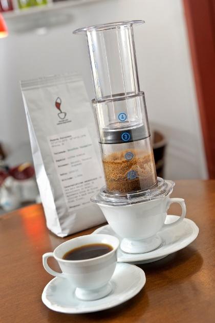 A cafeteira modelo Aeropress, da loja Coffee Lab (www.coffeelab.com.br), coa o café sob pressão e mantém os óleos essenciais do grão. Por R$ 160 I Preços pesquisados em novembro de 2012 e sujeitos a alterações