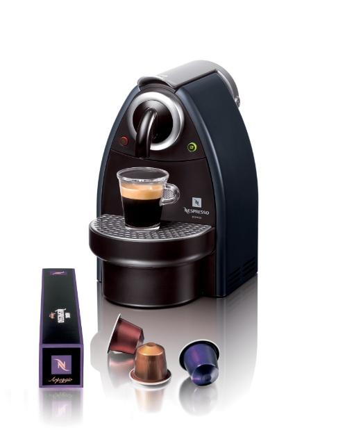 A cafeteira Nespresso Manual possui bomba de alta pressão e controle manual do volume de café. O eletrodoméstico utiliza o sistema de cápsulas e custa R$ 390 na Deguste (21 2249-3617) I Preços pesquisados em novembro de 2012 e sujeitos a alterações
