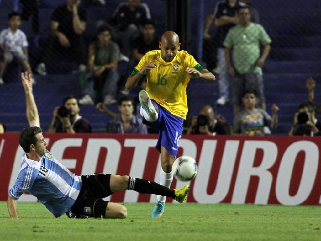 Carlinhos divide bola com Montillo durante o Superclássico das Américas nesta quarta-feira (21/11/2012)