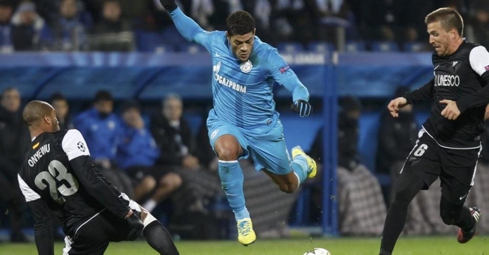 Hulk (centro), atacante da seleção brasileira e do Zenit, tenta a jogada diante de dois marcadores do Málaga, em partida da Liga dos Campeões