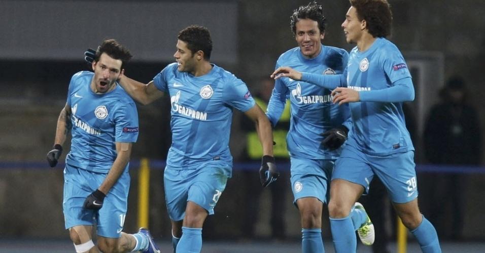 Hulk e jogadores do Zenit comemoram gol marcado por Danny (esq.), na partida da Liga dos Campeões contra o Málaga
