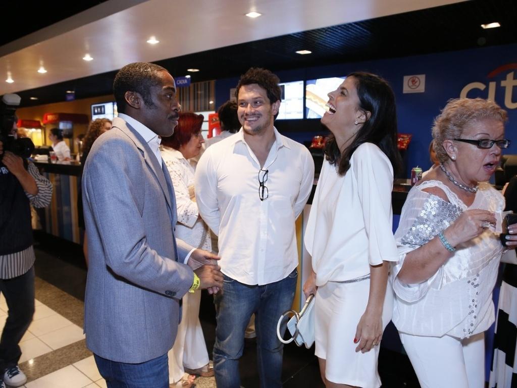 Lázaro Ramos, Emanuelle Araújo e Oscar Magrini dão risada na chegada à gravação do especial de fim de ano da Rede Globo (21/11/2012)