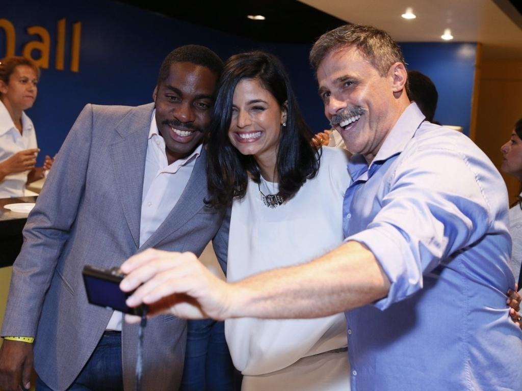 Lázaro Ramos, Emanuelle Araújo e Oscar Magrini fazem fotos na chegada à gravação do especial de fim de ano da Rede Globo (21/11/2012)