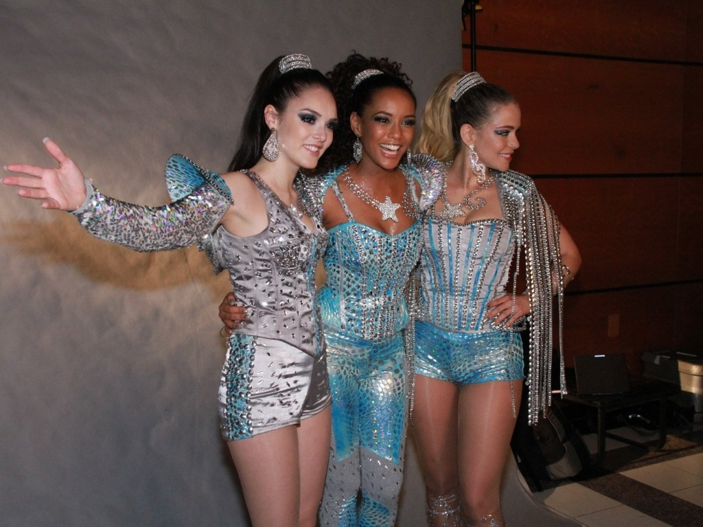 Tas Arajo, Isabelle Drummond e Leandra Leal, do grupo Empreguetes da antiga novela das sete da Globo, 