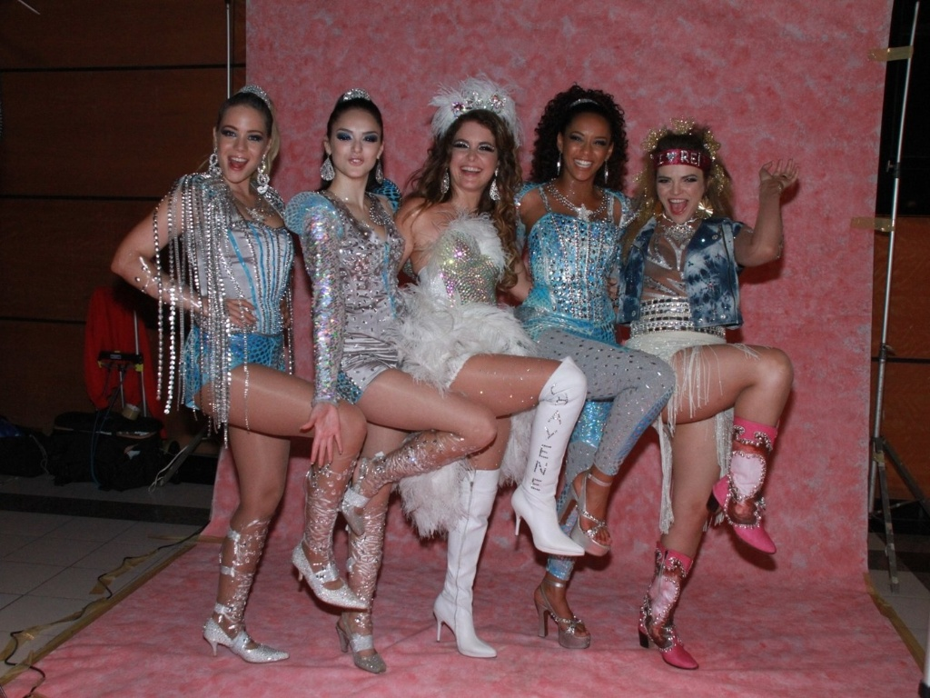 As Empreguetes (Tas Arajo, Isabelle Drummond e Leandra Leal) com Chayene (Cludia Abreu) da antiga novela das sete da Globo, 