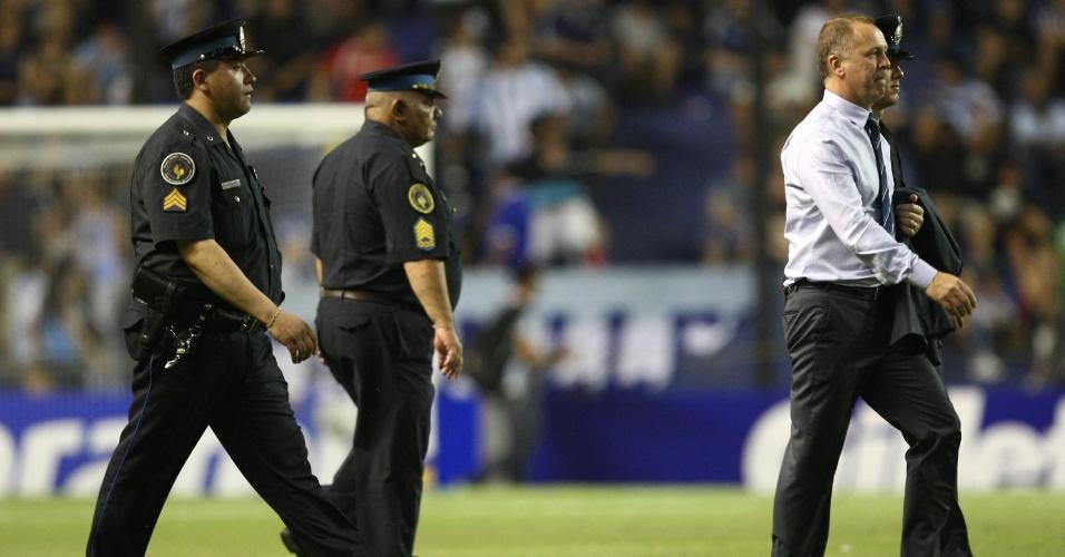Técnico Mano Menezes deixa o gramado de La Bombonera acompanhado por policiais no intervalo do Superclássico das Américas