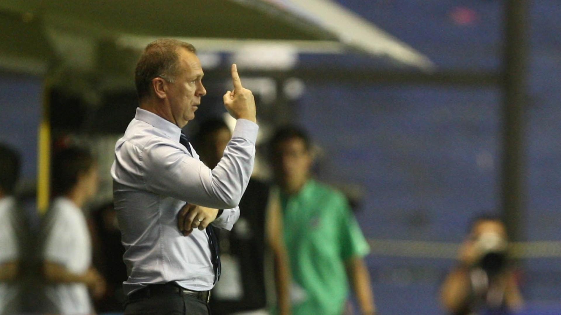 Técnico Mano Menezes orienta jogadores da seleção brasileira durante clássico contra a Argentina nesta quarta-feira (21/11/2012)