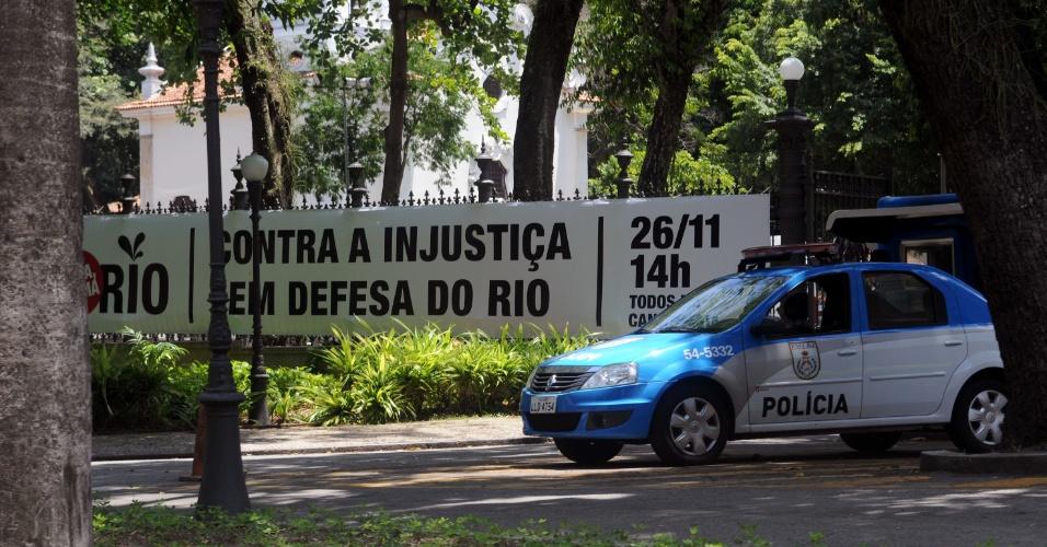 20.nov.2012 - O Palácio da Guanabara também recebeu a faixa da mobilização. Os funcionários públicos do governo do Estado do Rio de Janeiro vão ganhar folga na próxima segunda-feira (26) para participar da passeata