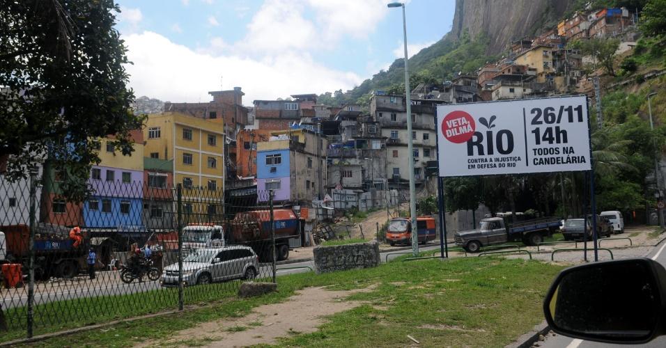 20.nov.2012 - Faixa na Rocinha convoca moradores do Rio para participarem de passeata, na segunda-feira (26), promovida pelo governador Sérgio Cabral em protesto contra a mudança na distribuição dos royalties do petróleo