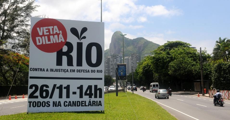 20.nov.2012 - Faixa em São Conrado convoca moradores do Rio para participarem de passeata, na segunda-feira (26), promovida pelo governador Sérgio Cabral em protesto contra a mudança na distribuição dos royalties do petróleo