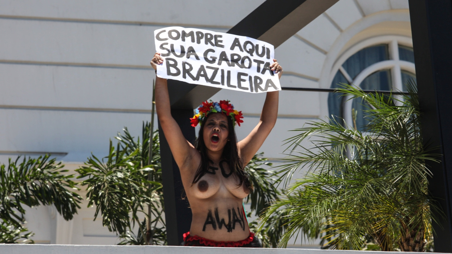22.nov.2012 - Ativista do grupo Femen Brazil protesta em frente ao hotel Copacabana Palace, na zona sul do Rio de Janeiro, contra o turismo sexual 