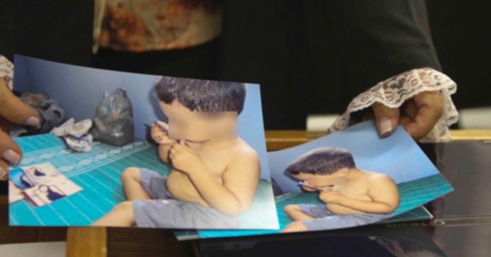 22.nov.2012 - Durante o julgamento, a juíza Marixa Fabiane mostra fotos do filho do goleiro Bruno, o Bruninho. O menino esteve no sítio onde sua mãe, Eliza, foi vista pela última vez