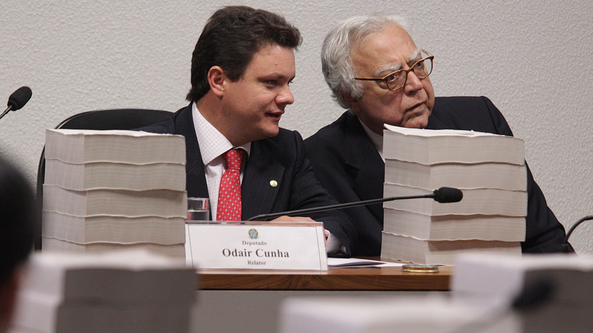 22.nov.2012 - Foi adiada mais uma vez a leitura do relatrio final da CPI do Cachoeira, em Braslia. A leitura seria feita pelo relator da comisso, Odair Cunha (PT-MG) ( esq.). O deputado Miro Teixeira (PDT-RJ) ( dir.) tambm faz parte do grupo de parlamentares da CPI