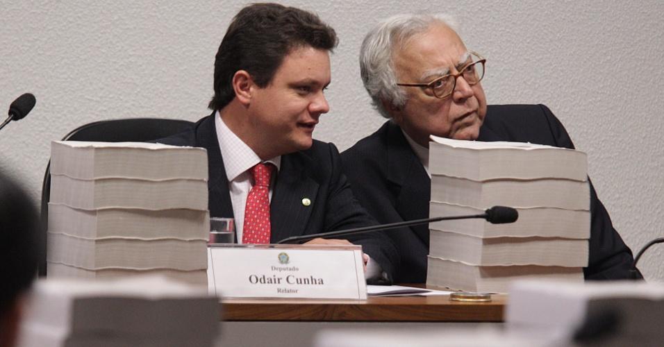 22.nov.2012 - Foi adiada mais uma vez a leitura do relatório final da CPI do Cachoeira, em Brasília. A leitura seria feita pelo relator da comissão, Odair Cunha (PT-MG) (à esq.). O deputado Miro Teixeira (PDT-RJ) (à dir.) também faz parte do grupo de parlamentares da CPI