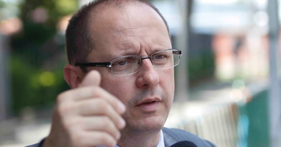22.nov.2012 - O advogado Ércio Quaresma, que defende o Bola, chega ao fórum Pedro Aleixo, em Contagem (MG)