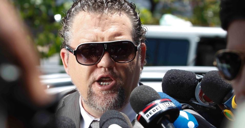 22.nov.2012 - O advogado Sidnei Karpinski, que defende o pai de Eliza Samudio, em frente ao fórum Pedro Aleixo, em Contagem (MG), onde acontece o julgamento do goleiro Bruno pelo desaparecimento e morte da ex-modelo