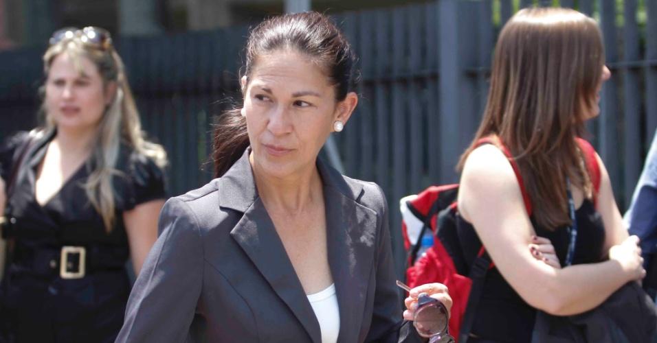 22.nov.2012 - Sonia Samudio, mãe de Eliza Samudio, chega ao fórum Pedro Aleixo, em Contagem (MG), onde acontece o julgamento do goleiro Bruno pelo desaparecimento e morte da ex-modelo