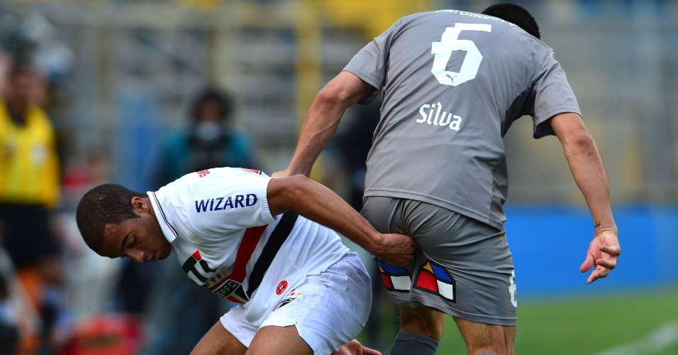 22.nov.2012-Lucas disputa pela bola com Francisco Silva durante jogo entre Universidad Católica e São Paulo pelas semifinais da Sul-Americana