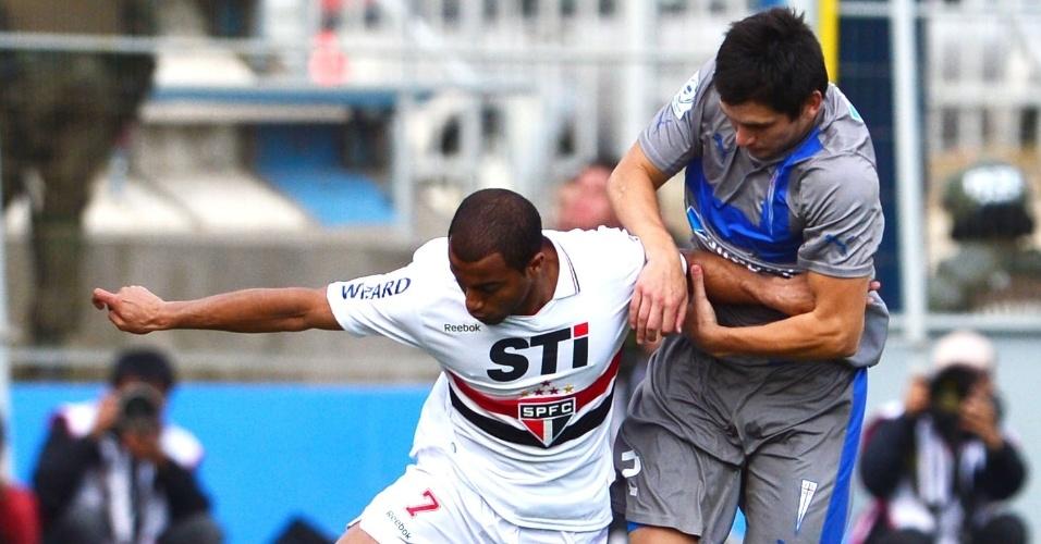 22.nov.2012-Lucas tenta escapar da marcação de Alfonso Parot na partida entre São Paulo e Universidad Católica