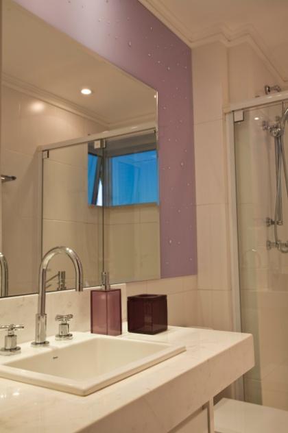 Aplique truques e dicas de decoração para ampliar as dimensões do seu banheir -> Decoracao Banheiro Lilas