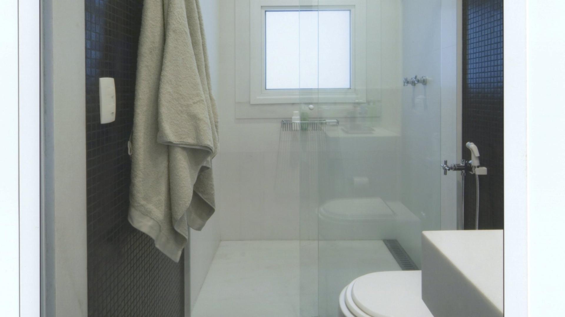 As largas faixas nas paredes e o piso em pastilhas (Colormix) pretos  #3E4E63 1920x1080 Banheiro Com Uma Parede De Pastilha