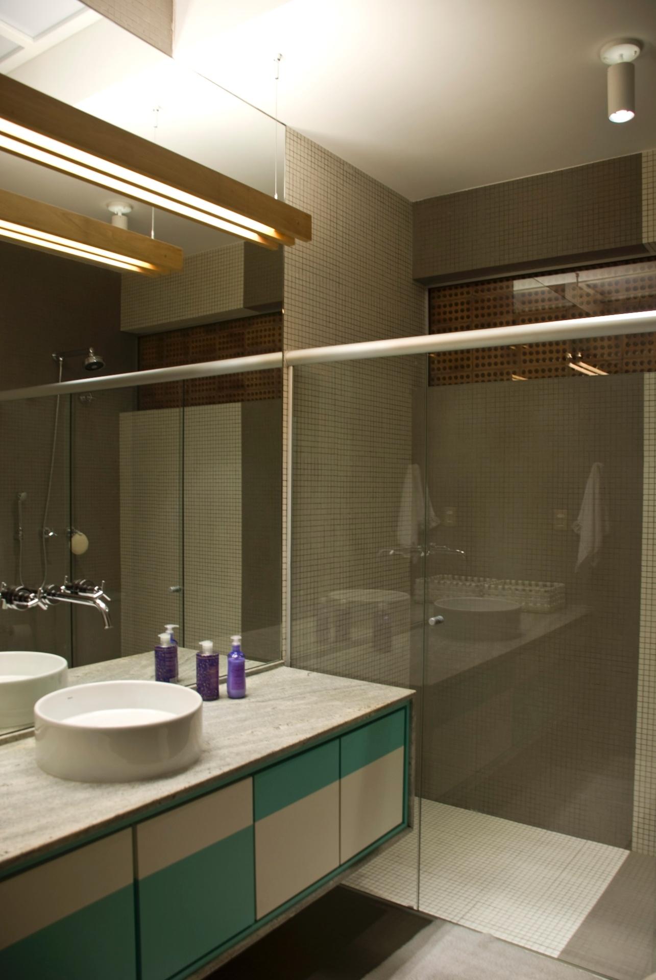 Na residência reformada pelo escritório Arqdonini, o banheiro com 6,1 m² conta com bancada amplas e apenas com uma cuba. No ambiente, os