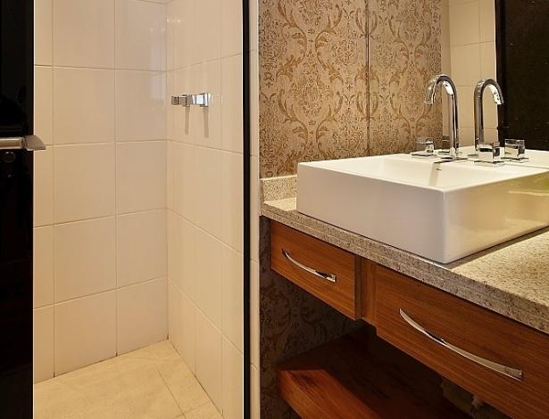 Banheiros pequenos dicas de decoração para quem tem pouco espaço  BOL Fotos -> Banheiro Pequeno Chuveiro