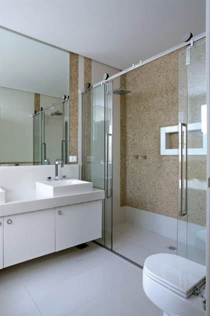 Truques e dicas de decoração ajudam a ampliar as dimensões do seu banheiro   -> Banheiro Pequeno Claro