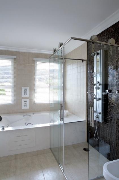 Aplique truques e dicas de decoração para ampliar as dimensões do seu banheir -> Banheiro Pequeno Com Banheira E Chuveiro Juntos
