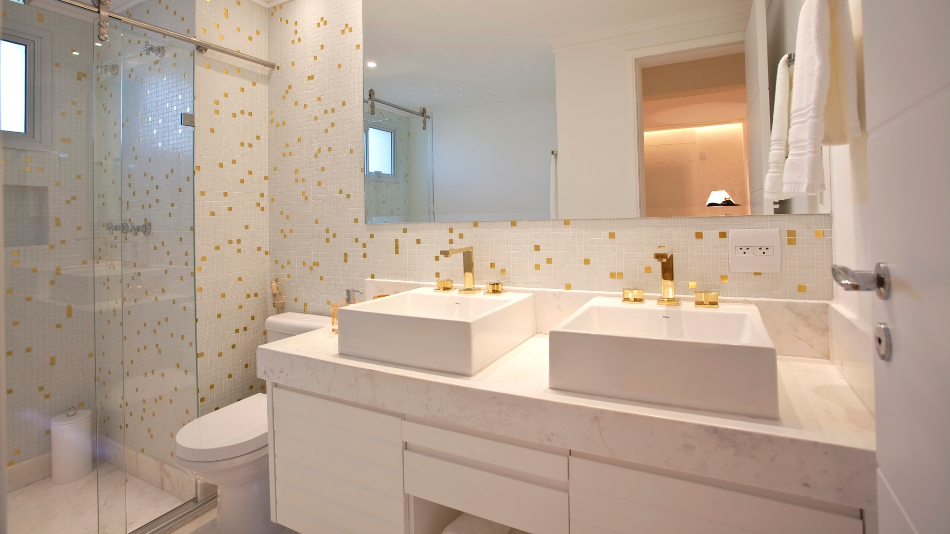 Nogueira. A confortável bancada de mármore piguês apoia duas cubas  #91683A 1920x1080 Bancada Banheiro Duas Cubas