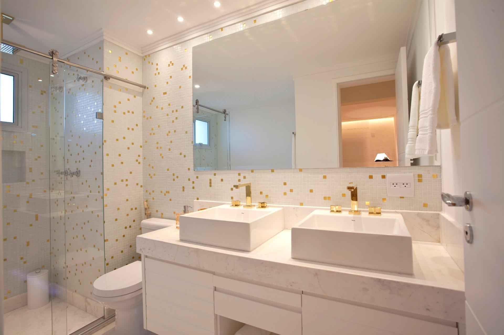 Pastilhas e metais dourados dão o leve toque clássico ao banheiro de #926839 1920x1279 Amarelo No Banheiro