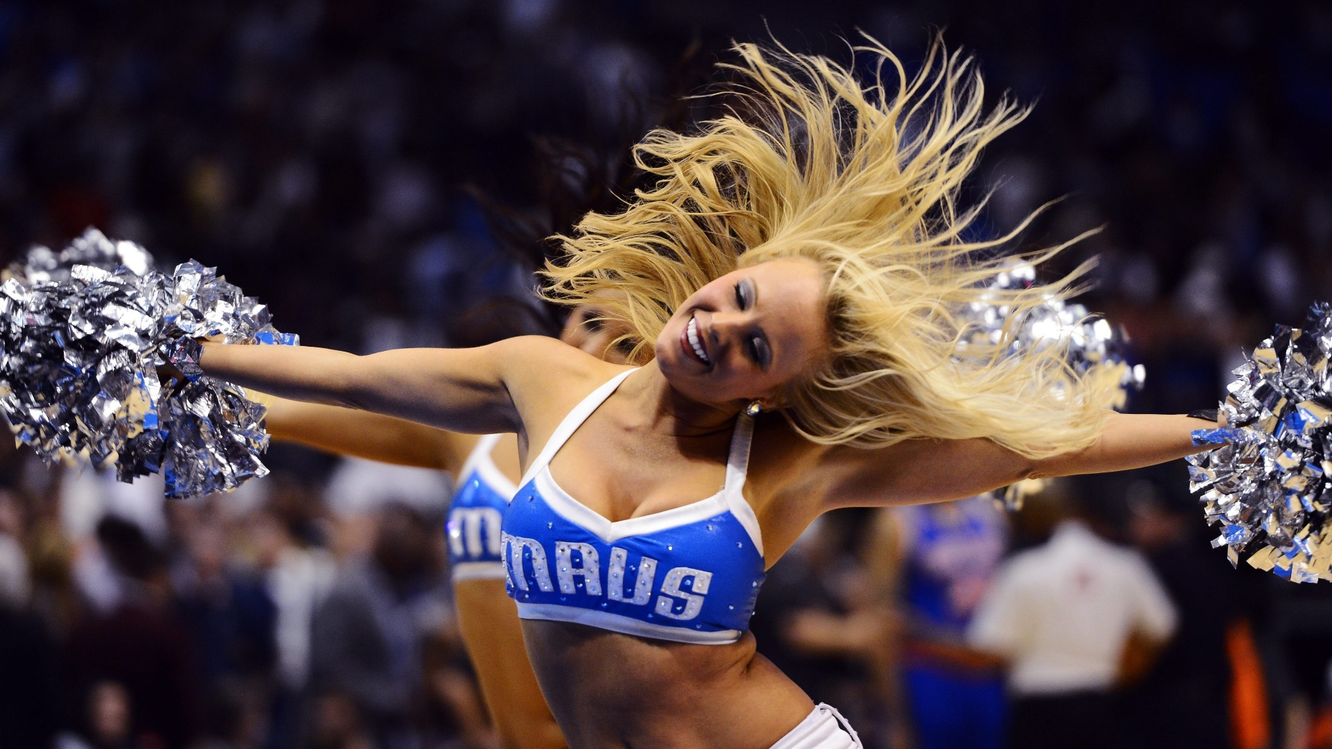 Cheerleader do Dallas Mavericks se apresenta no intervalo do jogo contra o New York Knicks, pela NBA