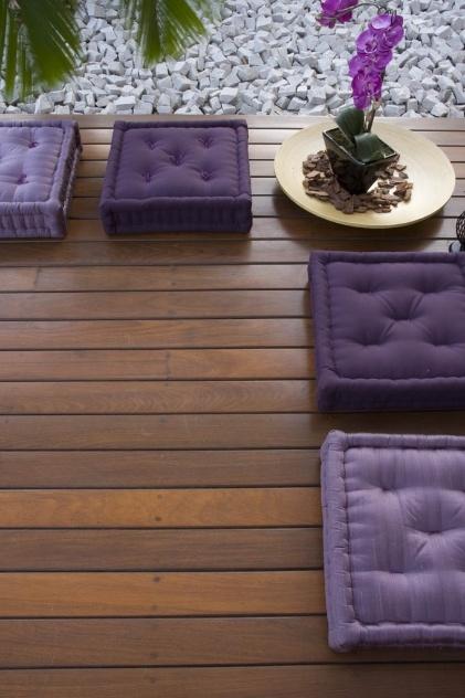 Com instalação por encaixe macho-fêmea, o deck de ipê liso da Indusparquet (www.indusparquet.com.br) pode ser aplicado tanto em jardins e varandas, quanto em áreas molhadas - como piscinas e banheiras. O produto é fornecido em tábuas de 0,1 m de largura, em comprimentos variáveis que vão de 2 m a 5 m. O piso custa R$ 283/m² (com acabamento a óleo) ou R$ 297/m² (com acabamento em verniz)