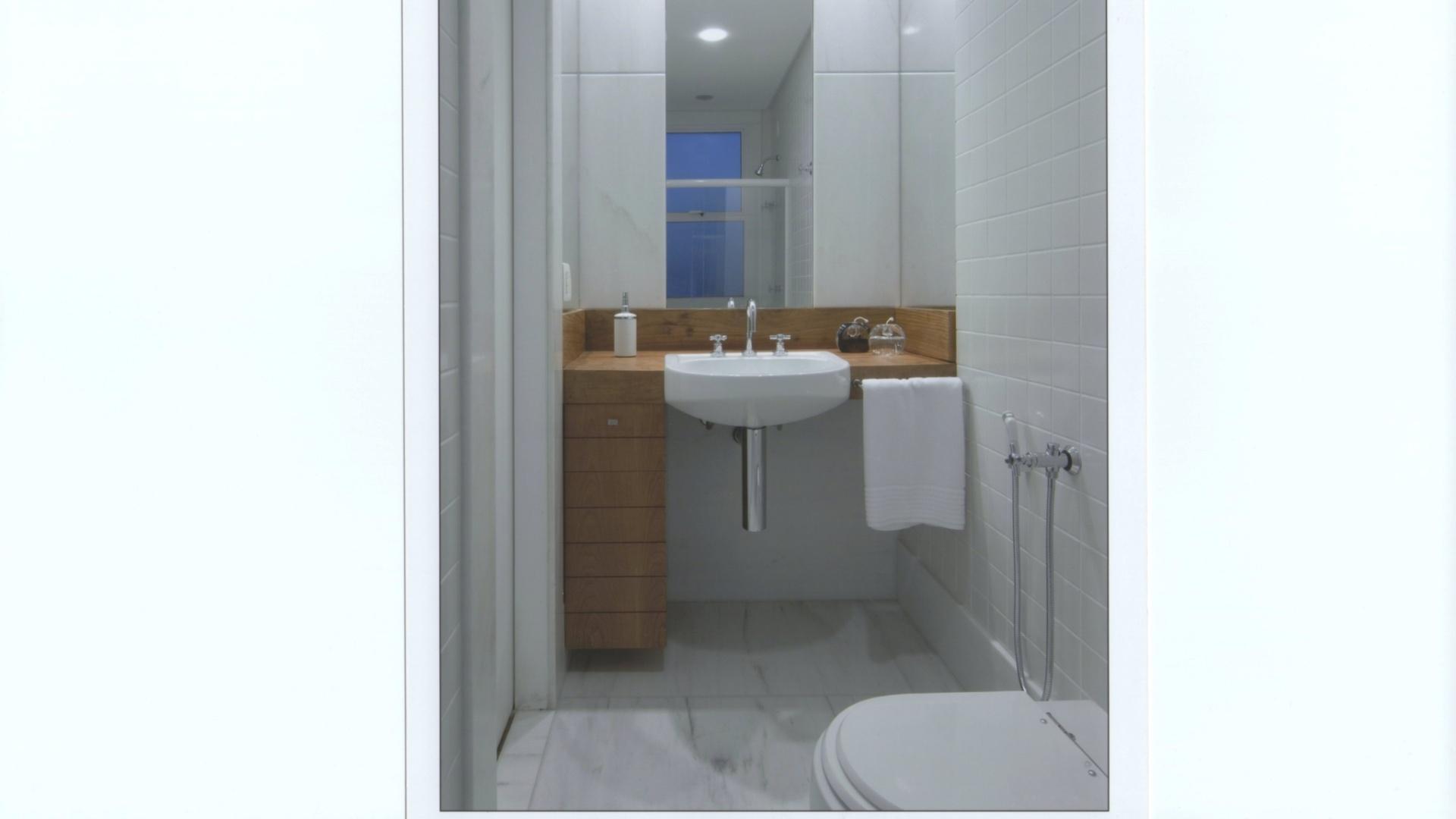Como o banheiro seria usado apenas por hóspedes o projeto assinado  #2D889E 1920x1080 Banheiro Bancada Porcelanato