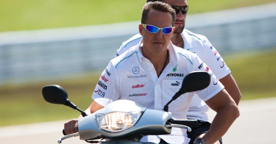 Michael Schumacher, da Mercedes, dá volta pelo circuito de Interlagos de moto nesta quinta-feira