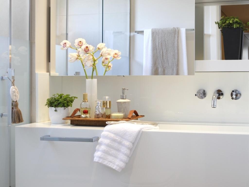 fundiu dois pequenos banheiros em um ampliando a área útil para  #956636 1024 768