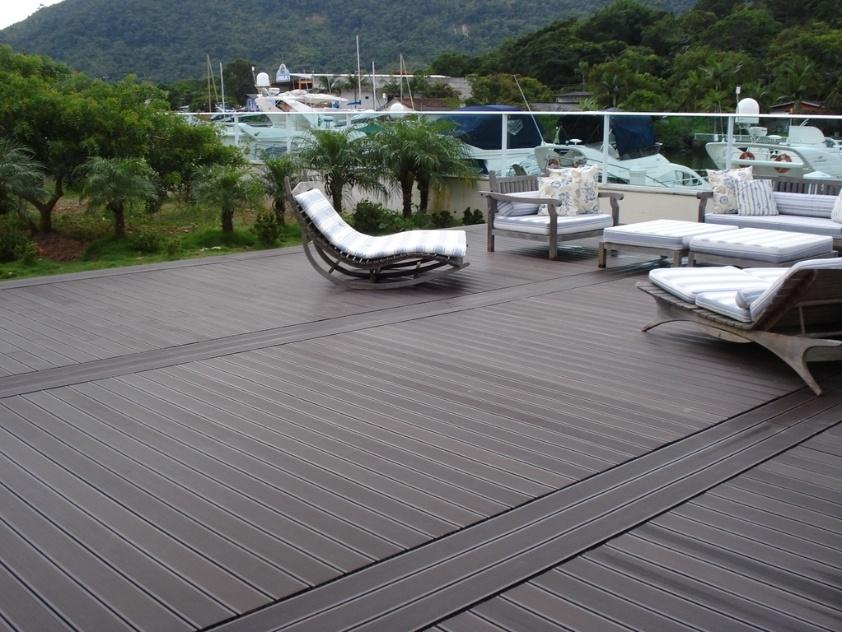 O deck em madeira plástica da Ekoplus (www.ekoplus.com.br) é fabricado a partir da combinação de termoplásticos e fibras naturais. Pode ser texturizado e não exige manutenção, além de ser recomendado para áreas externas molhadas como piscinas e ofurôs, por ser antiderrapante e à prova d? água. Custa cerca de R$ 100 o m²