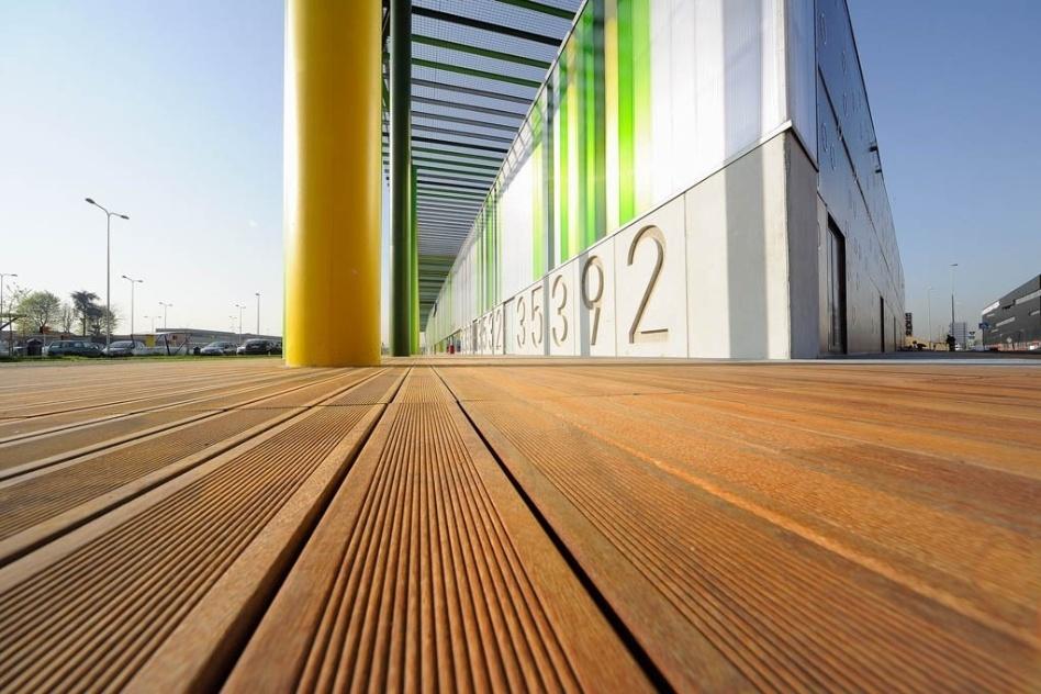 O deck modulado em madeira cumaru da Indusparquet (www.indusparquet.com.br) é indicado para uso em volta de piscinas e ofurôs. Com acabamento frisado, as tábuas têm  0,1 m de largura e são instaladas com a ajuda de cavilhas.  O metro quadrado custa R$ 264 (com acabamento a óleo) ou R$ 278 (com acabamento em verniz). Disponível também nas versões ipê, roxinho e muiracatiara