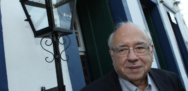 O escritor Luis Fernando Verissimo está internado em estado grave em de Porto Alegre