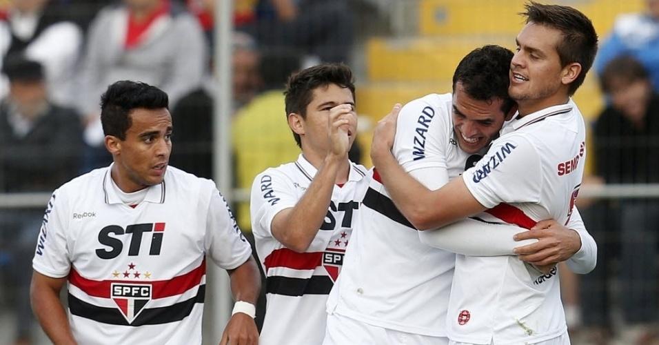22.nov.2012-Rafael Toloi comemora com Rhodolfo gol marcado sobre o Universidad Católica na partida desta quinta-feira pela Sul-Americana
