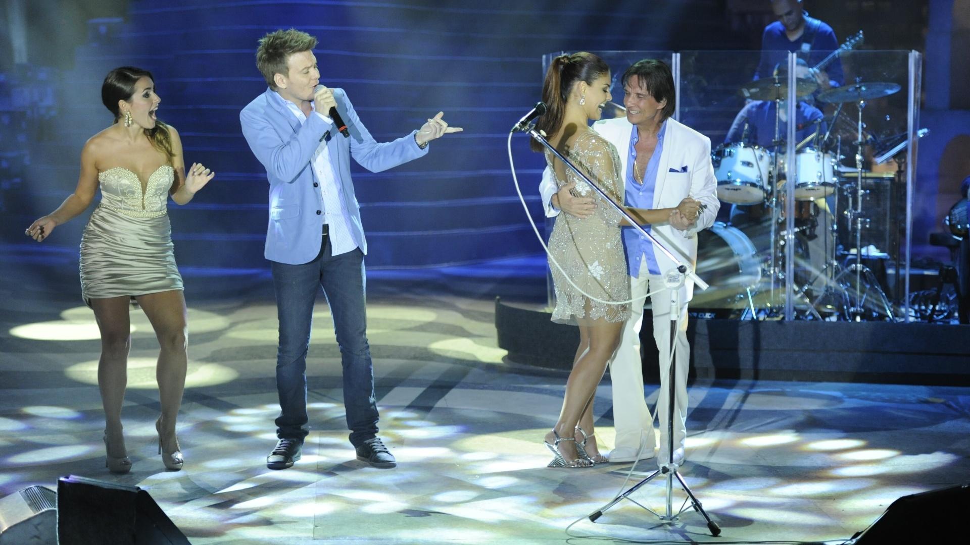 Roberto Carlos, ao lado de Michel Teló e da atriz Monique Alfradique, dança com a atriz Paloma Bernardi durante show especial de fim de ano da Globo, no Rio de Janeiro (21/11/12)