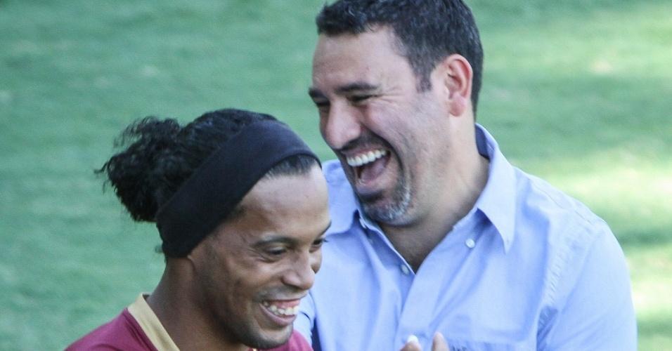 Ronaldinho Gaúcho e o ex-atacante atleticano Guilherme em clima descontraído na Cidade do Galo (22/11/2012)