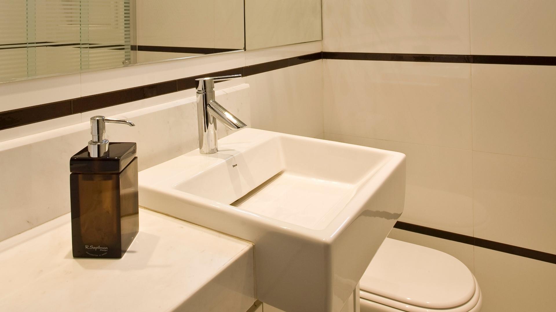 Simples econômico e bonito: o banheiro de 3 m² foi personalizado  #A46A27 1920x1080 Banheiro Bonito E Pequeno