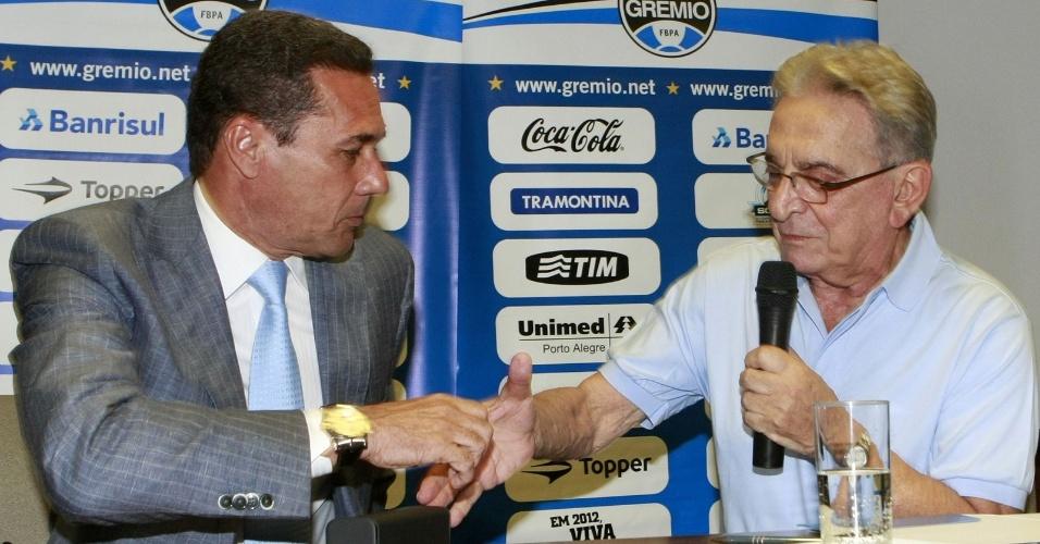 Técnico Vanderlei Luxemburgo (e) e o presidente Fábio Koff do Grêmio durante a cerimônia da assinatura de contrato (22/11/2012)